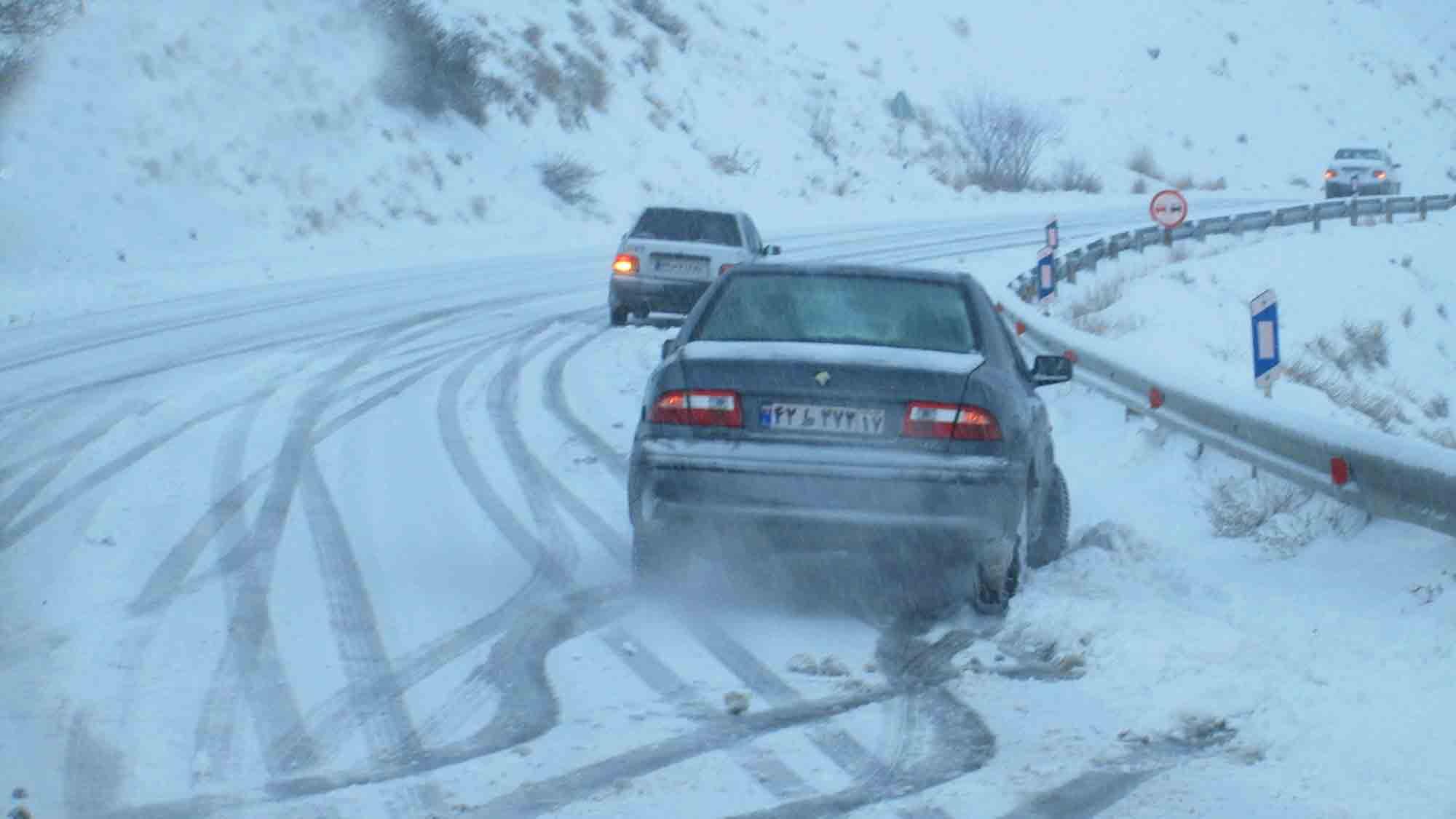 برف و باران آغاز شد/ اکثر جاده ها برفی هستند