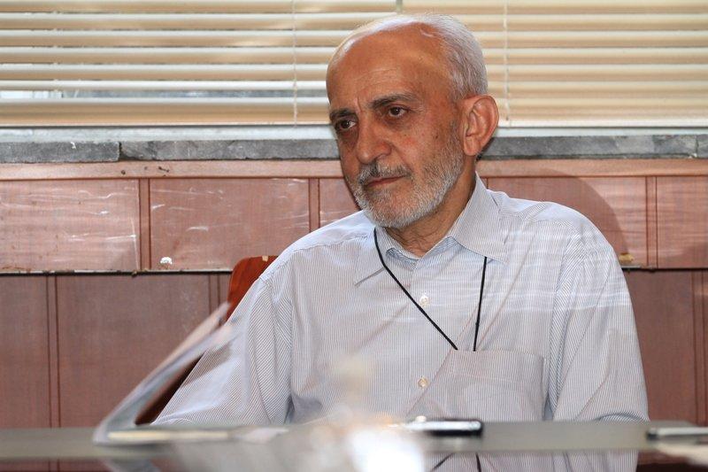 انتقاد از احمدی نژاد: مدعی ارتباط با امام زمان و علاقه مند به دنیا!