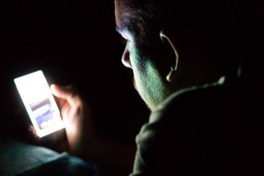 بلایی که موبایل بر سر خواب شبانه شما میآورد!