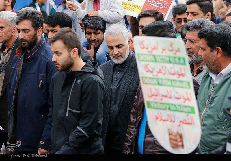 عکس   سردار سلیمانی در راهپیمایی کرمان
