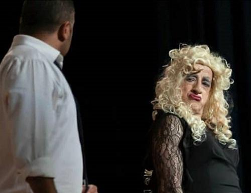 خمسه با پوشش زنانه در تئاتری در آمریکا