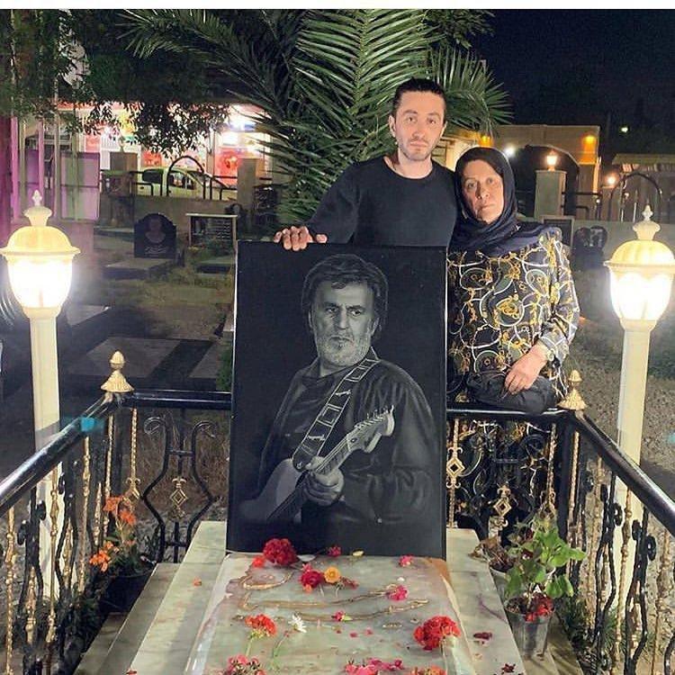 عکس   پسر و همسر حبیب محبیان در سومین سالگرد درگذشت او
