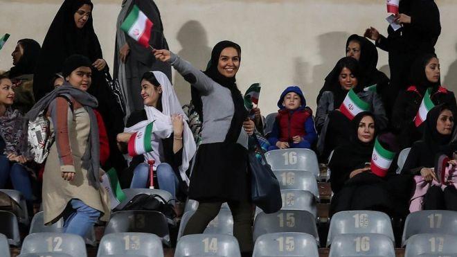 استقبال پرشور زنان ایرانی از بلیت بازی ایران و کامبوج