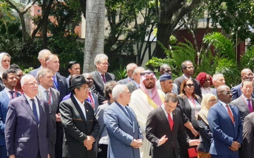 چپ چپ نگاه کردن سفیر عربستان به ظریف
