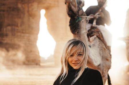 رژه دختر برنزه به خاطر بنسلمان روی شنهای صحرا