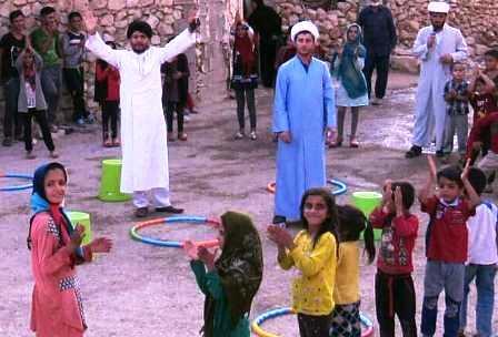 کار متفاوت طلبه جوان در شاد کردن کودکان روستاهای محروم