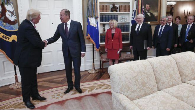 اخراج جاسوس آمریکایی که از میز پوتین عکس میگرفت