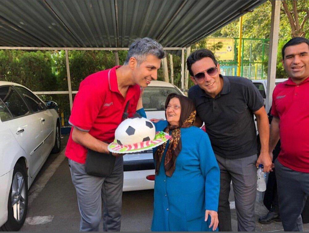 عکس | کیک تولد مادر خبرنگار فوت شده برای عادل فردوسی پور
