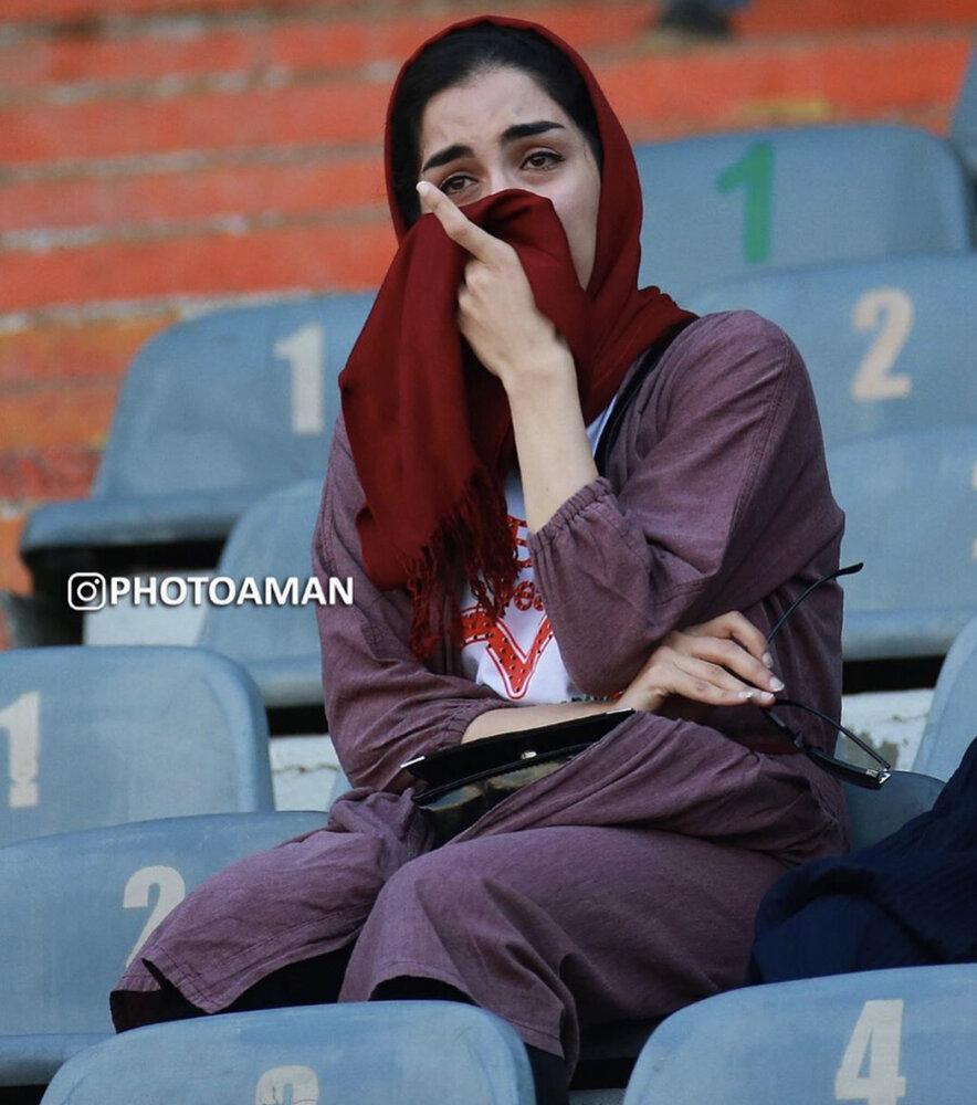 اشکهای شوق یک زن در لحظه ورود به ورزشگاه آزادی