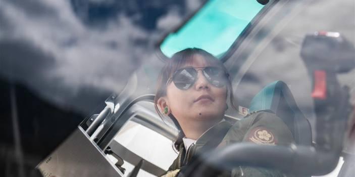اولین زنی که توانست در کشور تبت خلبان شود