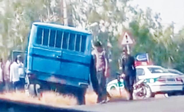 حمله مسلحانه به خودروی حمل متهمان در میناب