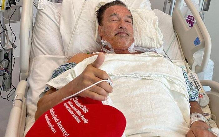 آرنولد و آن همه عضله، روی تخت بیمارستان