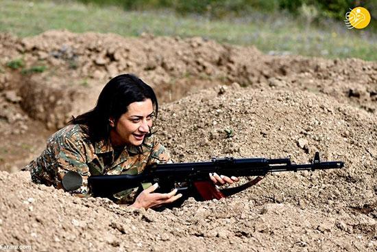 همسر نخستوزیر ارمنستان دست به اسلحه شد