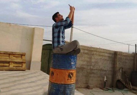 دانشجوی نخبه روی بشکه نفت دنبال آنتن موبایل