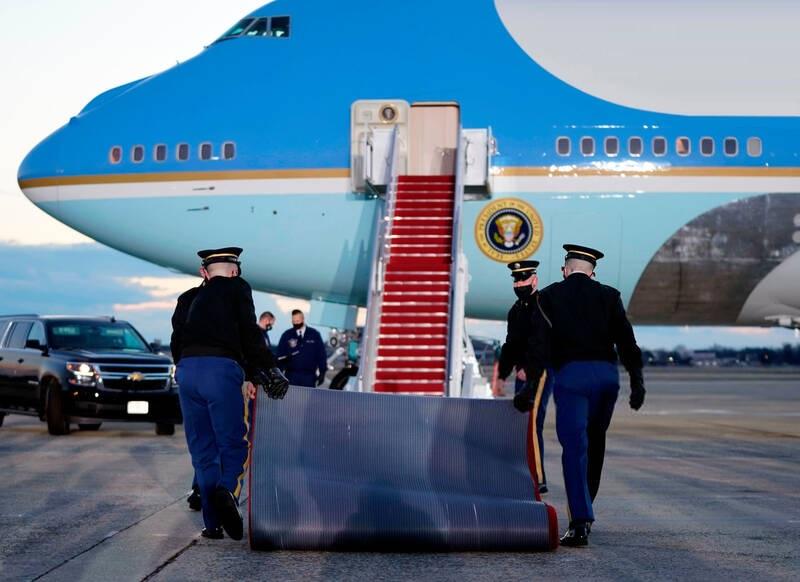 ورود یک غریبه به آشیانه هواپیمای رییسجمهور آمریکا