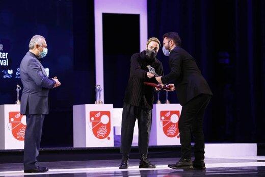 تیپ جدید و عجیب نوید محمدزاده در جشنواره تئاترفجر