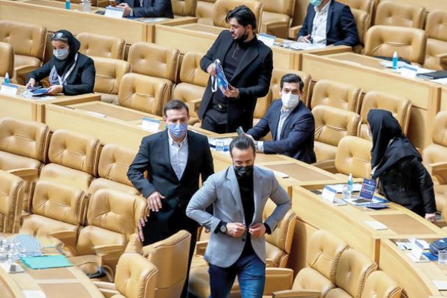خنجر از پشت فوتبالیها به علی کریمی