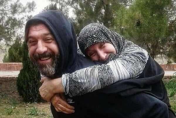 عکس | گریه رضا صادقی روی چادر مادر علی انصاریان