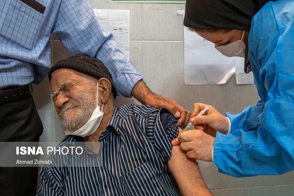 تصویر یک پرستار هنگام تزریق واکسن سوژه شد