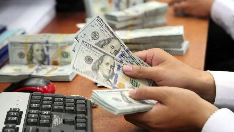درآمد ۲۰۰ تا ۵۰۰ هزار تومانی برای ایستادن در صف دلار