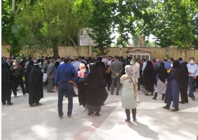 واکسیناسیون پشت در آهنی و بسته پارک ایرانشهر