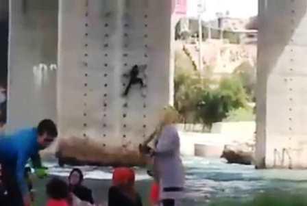 در جستجوی زن عنکبوتی روی پل دزفول