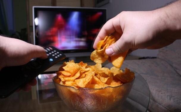 هنگام تماشای تلویزیون، این خوراکیها را بخورید