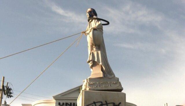 مجسمه کریستف کلمب هم به پایین کشیده شد