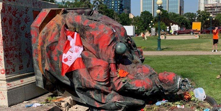 عکس روز | کاناداییها مجسمه ملکه انگلیس را به زیر کشیدند