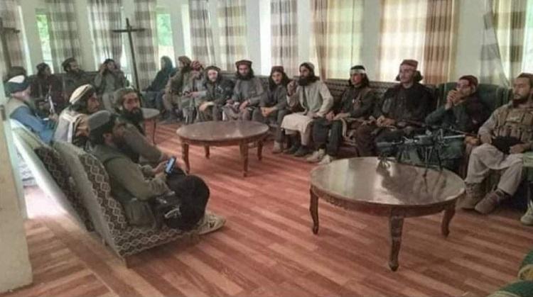 عکس یادگاری طالبان در دفتر احمدشاه مسعود