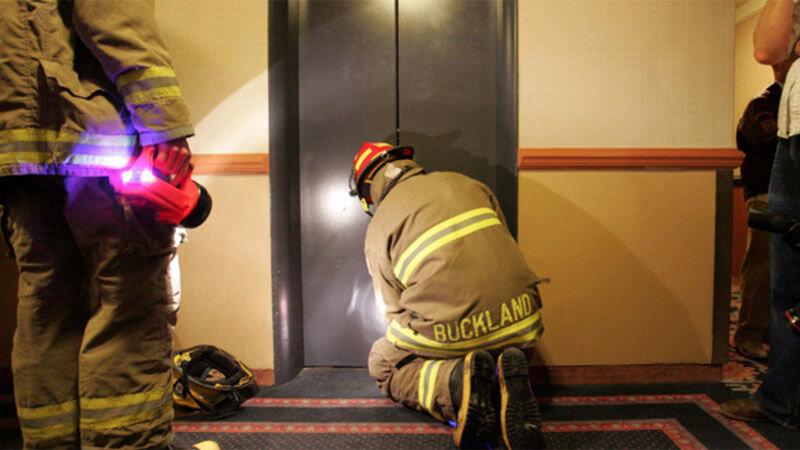 موقع قطع برق در آسانسور چه کنیم؟