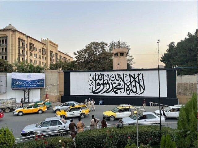 عکس   پرچم طالبان روی دیوار سفارت آمریکا در کابل نصب شد
