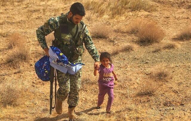 حقایق تصویر پناه بردن کودک افغانستانی به تکاور ایرانی